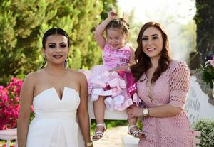Acompanada de su tia  Karla Urby Cisneros y su mama Alejandra Urby Castro