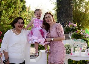 Con su abuelita Rosario Castro y su mama Alejandra Urby