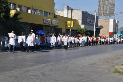 El contingente avanzó hasta llegar a la clínica 71 del IMSS.