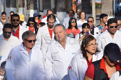 La protesta pacífica partió minutos después de las 9 de la mañana de la Plaza Mayor de Torreón y culminó con un mitin al exterior de la Clínica 71 del Seguro Social.