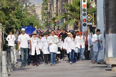 En la marcha, que se realizó a nivel nacional, el gremio exige la liberación del médico, que se reclasifique el delito que se le imputa y que sean peritos especialistas en medicina los que lleven a cabo las investigaciones del caso para determinar responsabilidades.