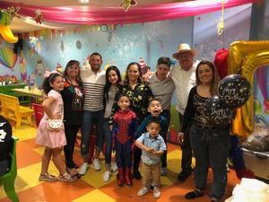 08042018 MUCHAS FELICIDADES.  Matías, acompañado de sus familiares, en su fiesta de cumpleaños.