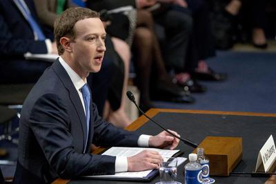 """""""Nos enfrentamos a una serie de cuestiones importantes en torno a la privacidad, la seguridad y la democracia. Y con razón ustedes tendrán algunas preguntas difíciles que hacerme"""", dijo."""