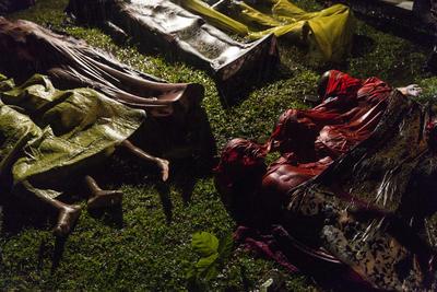 """Por Patrick Brown, ganador del primer premio de la categoría """"General News"""". En la fotografía, los cuerpos de los refugiados Rohingya después de que el bote en el que intentaban huir de Myanmar se hundiera a unos ocho kilómetros de Inani Beach, cerca de Cox's Bazar, Bangladesh."""