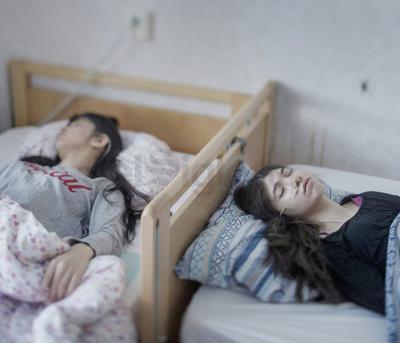 Por Magnus Wennman, la foto muestra a Djeneta (d) postrada en cama y sin responder durante dos años y medio, y a su hermana Ibadeta, en la misma situación durante más de seis meses, gracias al uppgivenhetssyndrom (síndrome de resignación), en Horndal, Suecia
