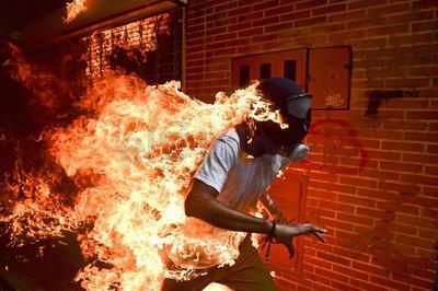 El fotoperiodista venezolano Ronaldo Schemidt recibió hoy el premio World Press Photo por una imagen que retrata la quema accidental de José Víctor Salazar, un manifestante de la oposición venezolana, durante unos disturbios en Caracas ocurridos el 3 de mayo de 2017.