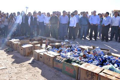 Cientos de bebidas alcohólicas fueron aplanadas para su destrucción.