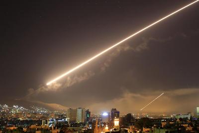 Tan pronto como Trump anunciaba la orden, el cielo de los alrededores de Damasco fue atravesado por misiles, dejando a su paso fuego y humo.