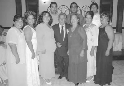 15042018 Sr. Bulmaro Reyes y su esposa, Olga Cepeda, con sus hijas, Faustina, Diana, Ana, Margarita y Jesusita, y sus hijos, Miguel, Everardo y Bulmaro, en sus bodas de oro.
