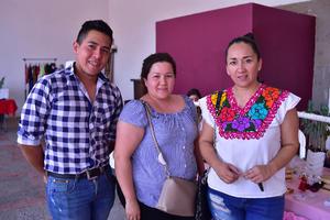 16042018 EN EL MERCADITO.  Pedro, Ana y Mónica.