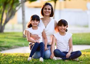Maria Jose con sus hijas  Fernanda y Camila
