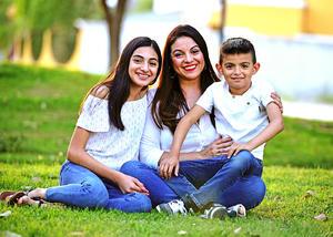 Valeria con sus hijos  Andrea y Jose Gabriel