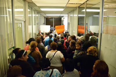 Entraron a las oficinas esperando una respuesta.