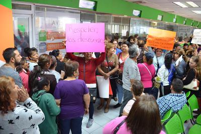 Los manifestantes dentro de las oficinas en Simas con pancartas.