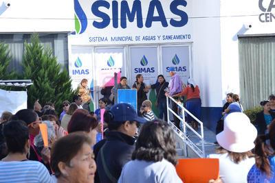 Antes de haber bloqueado el bulevar, los manifestantes entraron a las oficinas del Simas.