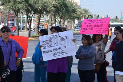 Con pancartas demandan que se cumpla el 90% de descuento en recibos de agua potable.
