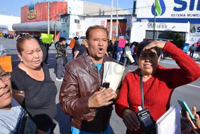 Los manifestantes llevaban sus recibos como comprobantes. El miércoles de Semana Santa, se bloqueó el bulevar Laguna y Rodríguez Triana por la misma situación.