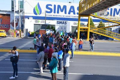 Ciudadanos de por los menos 6 colonias del sur de Torreón bloquearon el bulevar Independencia a la altura del Simas.