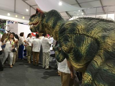 El stand de Coahuila sigue encantando con su dinosaurio, así como por la degustación de bebidas y dulces del Pueblo Mágico de Parras.