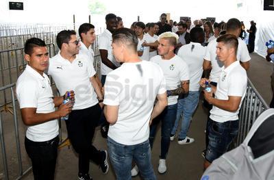 Jugadores, cuerpo técnico, parte de la directiva y personal de oficina del club albiverde, estuvieron después del mediodía en la instalaciones de la Expo Feria Torreón.