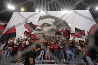 En las gradas del estadio Jalisco se desplegó una gigantesca manta con el rostro de Márquez impreso.