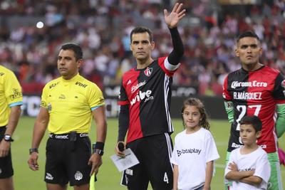 Antes del encuentro, los jugadores del Atlas, equipo con el que debutó en 1996, se congregaron en el centro del campo usando una camiseta con el número 4 que Márquez ha utilizado a lo largo de su carrera.