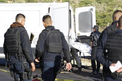 Sólo la puerta izquierda del conductor parecía haber quedado intacta, no así sus cinco ocupantes, cuatro de ellos murieron en el lugar, uno está hospitalizado.