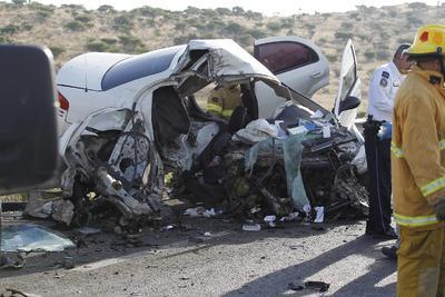 En el kilómetro 12 de la supercarretera Durango-Mazatlán quedó partido el auto blanco en el que viajaba una familia.