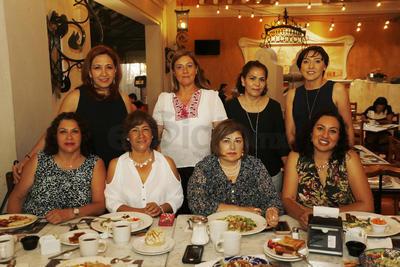 Grupo de damas  se reunieron a desayunar.
