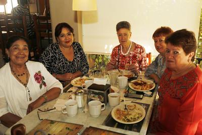 Duranguenses comparten un rico desayuno.