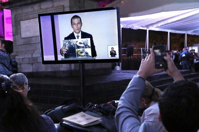Periodistas observan el debate de los candidatos presidenciales a las elecciones.
