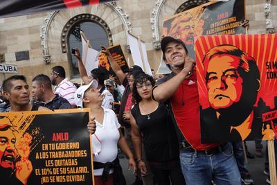 Seguidores del candidato presidencial Ricardo Anaya protestaron contra el candidato izquierdista Andrés Manuel López Obrador.
