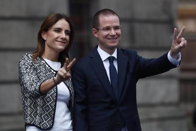 Ricardo Anaya a su llegada al Palacio de Minería con su esposa.