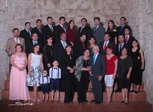 22042018 Muy felices Jesús y María Elena Martínez, celebraron sus bodas de diamante. En tan grato acontecimiento los acompañaron sus hijos, hijos políticos, nietos y bisnietos.- Sosa