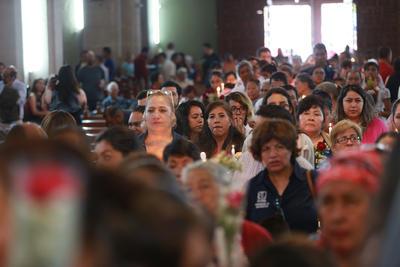 Decenas de fieles acuden a las misas y a la verbena que se organiza.