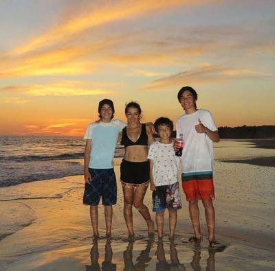 26042018 Marisol acompañada de sus hijos Rafa, Bernie y Diego, en Mazatlán,Sinaloa.