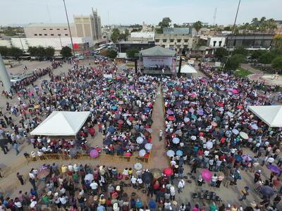 El candidato por tercera ocasión estuvo acompañado en el escenario por Armando Guadiana, candidato a la senaduría por Morena, quien criticó la reciente visita de José Antonio Meade en Coahuila.