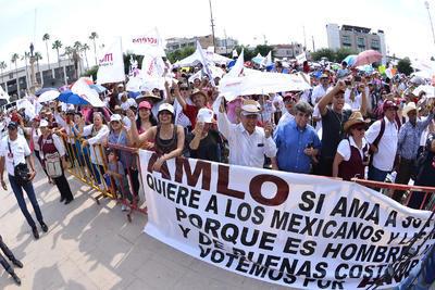 En el mitin hubo pancartas en apoyo al candidato.
