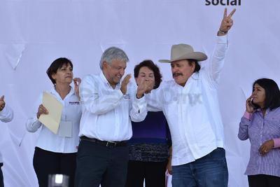 Estuvo rodeado de militantes de Morena y demás partidos que conforman la coalición Juntos haremos historia.