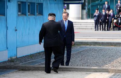 Los líderes coreanos estrechan su mano por primera vez en la historia.