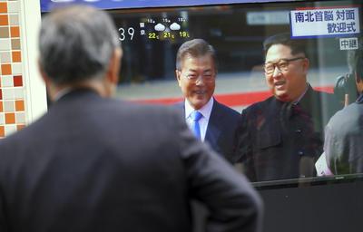 Kim y Moon pasearon junto a una guardia de honor tradicional coreana que los acompañó, hacia Peace House, el edificio donde se celebra la cumbre.