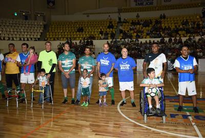 Con la presentación de cada uno de los jugadores, se puso en marcha la divertida velada, aplaudiendo los aficionados el ingreso de cada uno de los exfutbolistas profesionales.