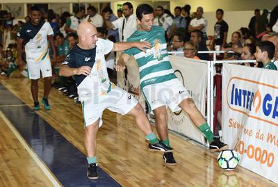 Joaquín Reyes y Rodrigo Ruíz disputan una pelota.