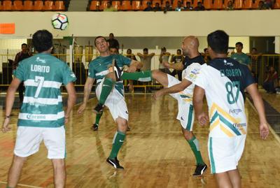 Rafael Figueroa pelea una pelota junto a Joahan Rodríguez.