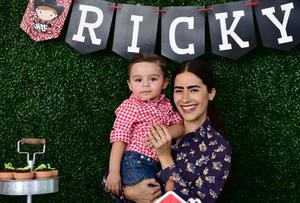 28042018 FIESTA INFANTIL.  Ricky acompañado por su tía Mariana.