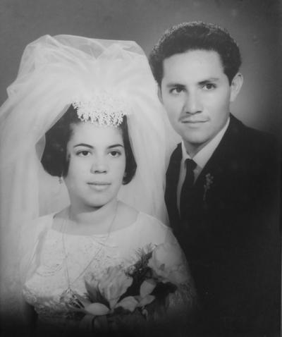29042018 Dr. Óscar Piña García y Profra. María Elena Sánchez Pérez el día de su boda el 30 de abril de 1967 en la voluntad de Dios. Celebran en compañía de sus hijos, Claudia Elena, Óscar, Jesús Roberto, Jaime y Margarita Nohemí.