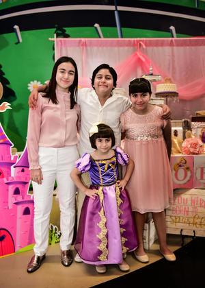 29042018 EN FAMILIA.  Victoria Becerra Andrade con sus hermanos, Paula, Isabella y Raymundo.