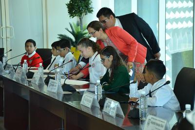 Los niños que resultaron ganadores para representar al alcalde, así como a las regidores y síndicas, fueron obsequiados con un desayuno en el cuarto piso.