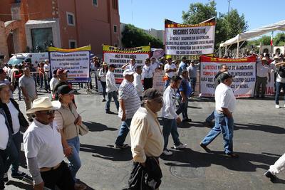 Familiares de una joven que murió el año pasado aprovecharon el desfile para pedir justicia; aseguran que fue feminicidio.