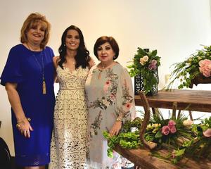 La futura esposa acompañada por Maria Teresa Murillo de Gonzalez y Maribel Ramos Buera